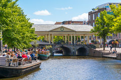 Koornbrug och kaféer på den nya Rhenkanalen, Leiden, Nederländerna Arkivfoton