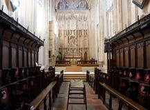 Koorstoelen in kerkbinnenland met rijen van banken en stappen die aan het altaar leiden Royalty-vrije Stock Fotografie