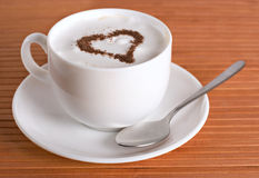 Kop cappuccino's met hart Royalty-vrije Stock Afbeeldingen