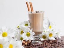 Kop Cappuccino's met ?innamon en Witte Bloemen stock afbeeldingen