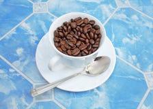 Kop coffebonen Stock Afbeeldingen