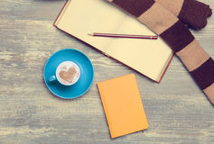 Kop, croissant en boek Royalty-vrije Stock Foto's