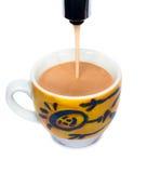 Kop die met espresso wordt gevuld Royalty-vrije Stock Afbeeldingen