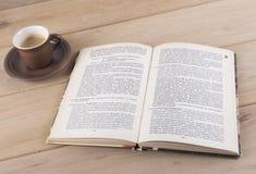 Kop en boek Royalty-vrije Stock Foto