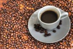 Kop en koffiebonen stock fotografie