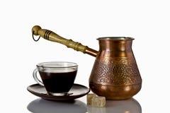 Kop en pot van koffie en koffiebonen, op wit Royalty-vrije Stock Foto's