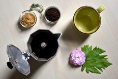 Kop en zwarte lepel met suiker en open moka Stock Afbeelding