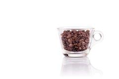 Kop geroosterde die koffiebonen op witte achtergrond worden geïsoleerd Stock Foto