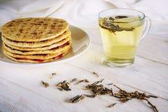 Kop groene thee en pannekoeken met jam Stock Afbeelding