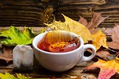 Kop het gieten met water of thee met plonsen op donkere houten achtergrond Mok het gieten met vloeistof met plonsen en dalingen Stock Foto