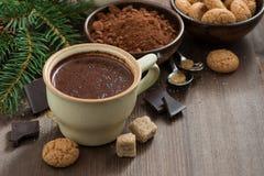 Kop hete chocolade en amarettikoekjes op een houten lijst Stock Foto's