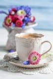 Kop hete koffie en de lentebloemen Royalty-vrije Stock Foto's