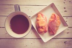 Kop hete koffie en hamkaascroissants Royalty-vrije Stock Afbeelding