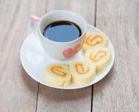 Kop hete koffie en jambroodjes Royalty-vrije Stock Afbeeldingen