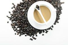 Kop hete koffie en koffiebonen op wit Stock Afbeeldingen