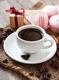 Kop hete koffie en makarons Stock Foto