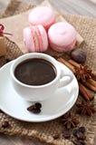Kop hete koffie en makarons Stock Fotografie