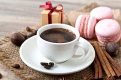 Kop hete koffie en makarons Royalty-vrije Stock Fotografie