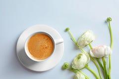 Kop hete koffie en mooie ranunculus bloemen Royalty-vrije Stock Fotografie