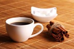 Kop hete koffie en pijpjes kaneel Stock Foto's