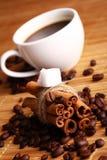 Kop hete koffie en pijpjes kaneel Royalty-vrije Stock Afbeeldingen