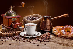 Kop hete koffie en verse croissants Royalty-vrije Stock Afbeeldingen