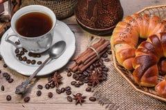Kop hete koffie en verse croissants Royalty-vrije Stock Afbeelding