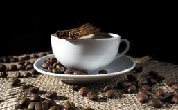 Kop hete koffie, kaneel, steranijsplant, citroen en koffiebonen Royalty-vrije Stock Afbeeldingen