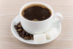 Kop hete koffie, koffiebonen en stukken van suiker Stock Fotografie