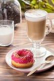 Kop hete koffie latte dranken met verglaasde doughnut Royalty-vrije Stock Fotografie