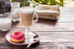 Kop hete koffie latte dranken met verglaasde doughnut Royalty-vrije Stock Afbeeldingen