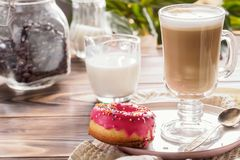 Kop hete koffie latte dranken met verglaasde doughnut Royalty-vrije Stock Afbeelding