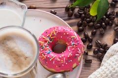 Kop hete koffie latte dranken met verglaasde doughnut Royalty-vrije Stock Foto's