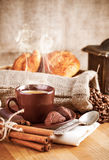 Kop hete koffie met bonen en chocoladesuikergoed Stock Afbeelding