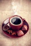 Kop hete koffie met chocoladesnoepjes Stock Fotografie