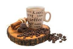 Kop koffie, chocolade, kaneel en koffiebonen op de stomp Stock Fotografie