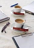 Kop koffie en bedrijfsvoorwerpen Royalty-vrije Stock Foto's
