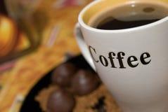 Kop koffie en chocoladesnoepjes royalty-vrije stock foto