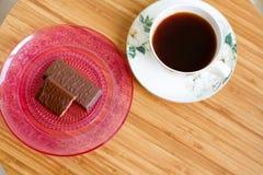 Kop koffie en chocoladesnoepjes voor smakelijk ontbijt Royalty-vrije Stock Foto