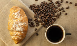 Kop koffie en croissants Stock Afbeelding