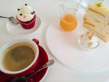 Kop koffie en diverse cakes royalty-vrije stock afbeelding