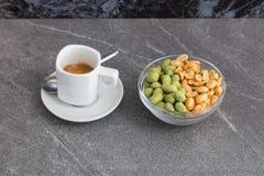 Kop koffie en gemengde noten Stock Foto