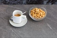 Kop koffie en geroosterde noten Stock Foto