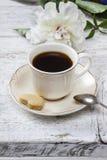 Kop koffie en kleine cakes Royalty-vrije Stock Afbeelding