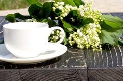 Kop koffie en lelietje-van-dalen Stock Afbeeldingen