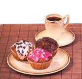 Kop koffie en muffins op een plaat Stock Foto