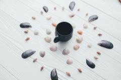 Kop koffie en overzeese shells op een witte achtergrond Stock Foto's