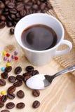 Kop koffie en suikerparels Stock Foto's
