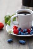 Kop koffie en verse bessen op een houten lijst Royalty-vrije Stock Afbeeldingen