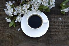 Kop koffie en witte bloemen Royalty-vrije Stock Afbeeldingen
